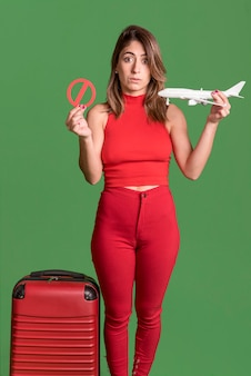 Donna di vista frontale che indossa vestiti rossi