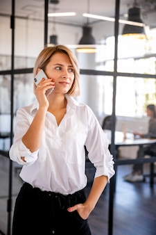 Donna di vista frontale che parla sopra il telefono