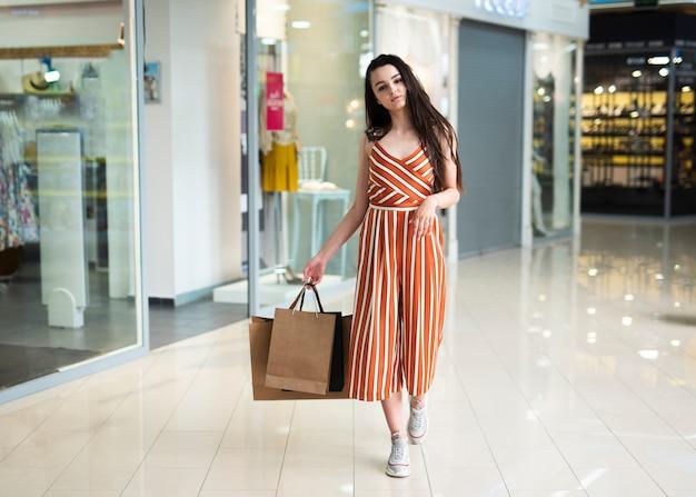 Donna di vista frontale che posa nel centro commerciale