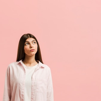 Donna di vista frontale in studio