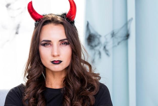 Donna diabolica del primo piano pronta per halloween