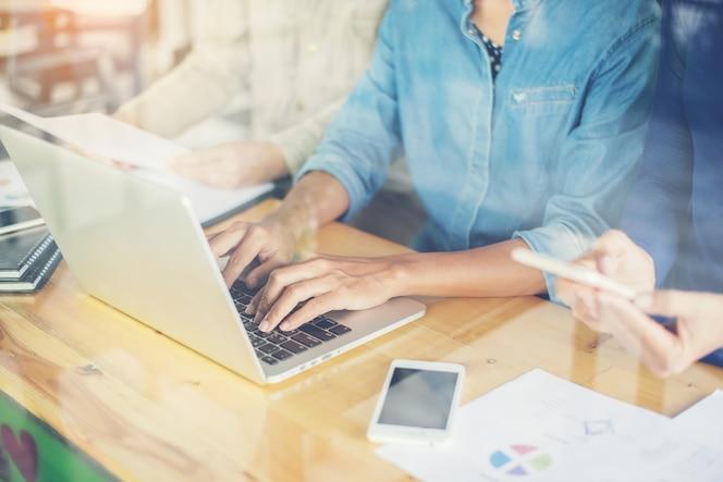 Donna digitando in un computer portatile