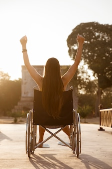 Donna disabile che raggiunge un obiettivo di vita. successo e duro lavoro per portatori di handicap.