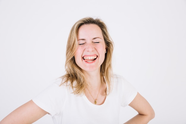 Donna divertente su bianco