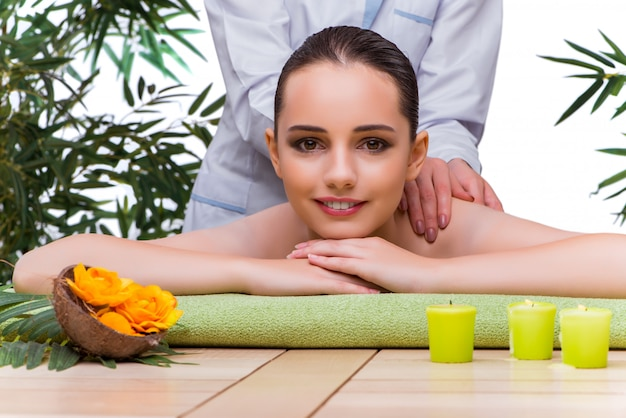 Donna durante la sessione di massaggio nel salone della stazione termale