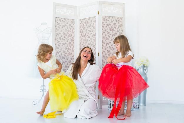 Donna e bambini in camera da letto