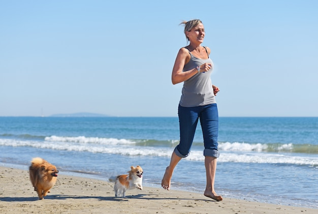 Donna e cani sulla spiaggia