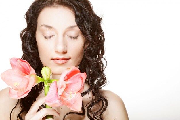 Donna e fiore rosa dell'orchidea