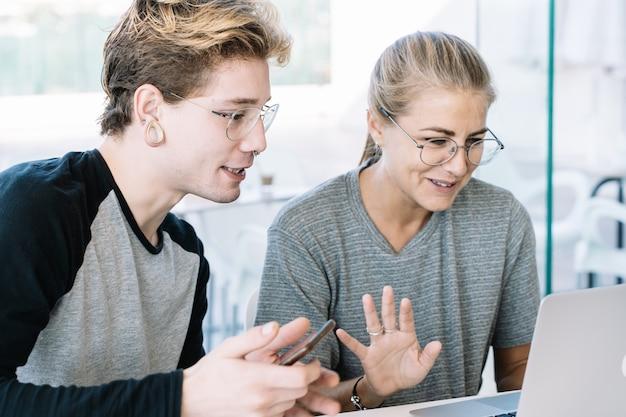 Donna e giovane che discutono davanti ad un computer portatile