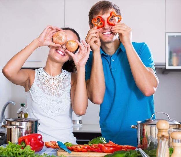 Donna e ragazzo che preparano le verdure