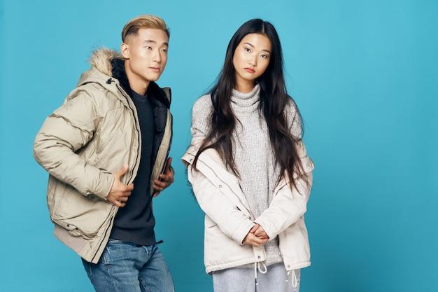 Donna e uomo asiatici che posano insieme modello