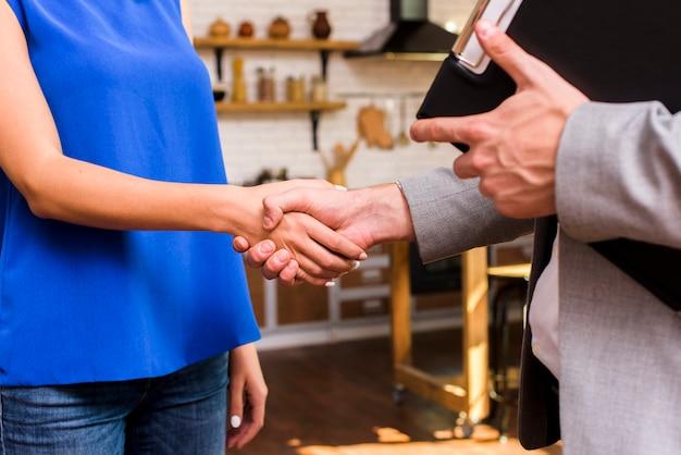 Donna e uomo che raggiungono un primo piano di accordo