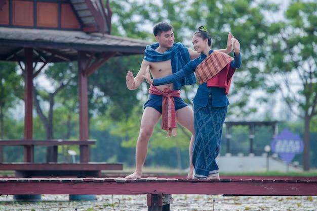 Donna e uomo del ballerino della tailandia in costume nazionale
