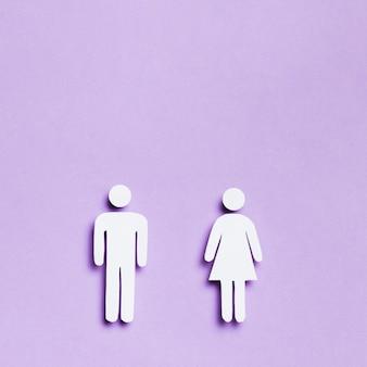 Donna e uomo del fumetto uguali dimensioni e copia spazio