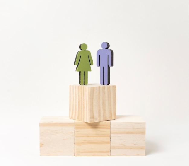 Donna e uomo in piedi alla stessa altezza