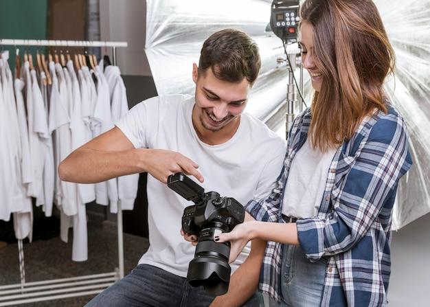 Donna e uomo in studio fotografico professionale