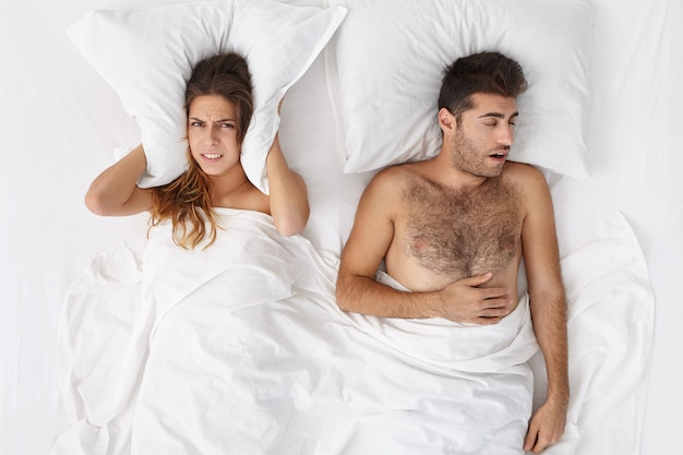 Donna e uomo seduto a letto vista dall'alto