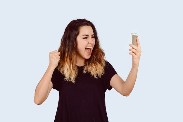 Donna eccitata con smartphone