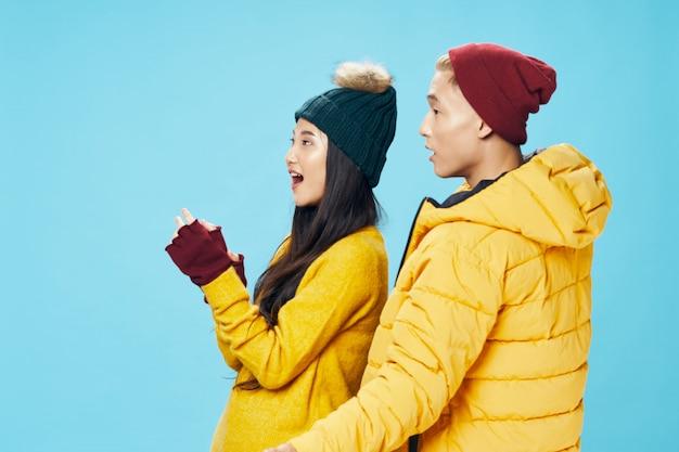 Donna ed uomo asiatici sul fondo luminoso di colore che posa insieme modello