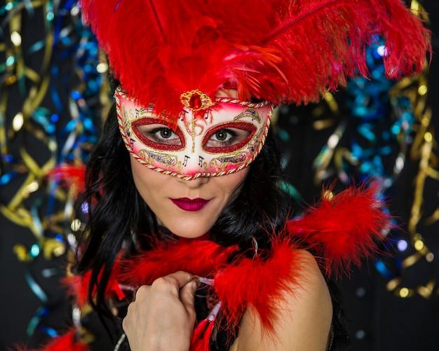Donna elegante che celebra il carnevale veneziano