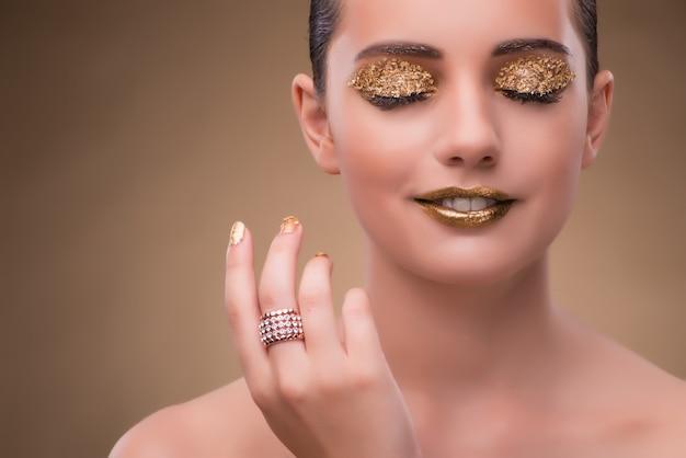 Donna elegante con gioielli nel concetto di moda