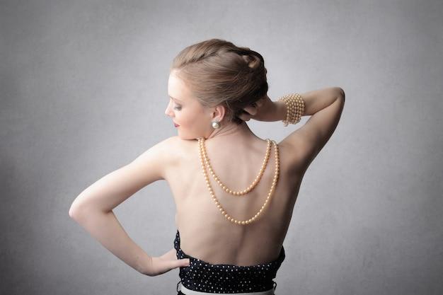 Donna elegante con gioielli