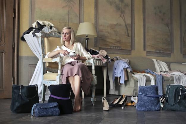 Donna elegante con un sacco di vestiti