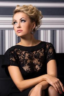 Donna elegante in abito nero
