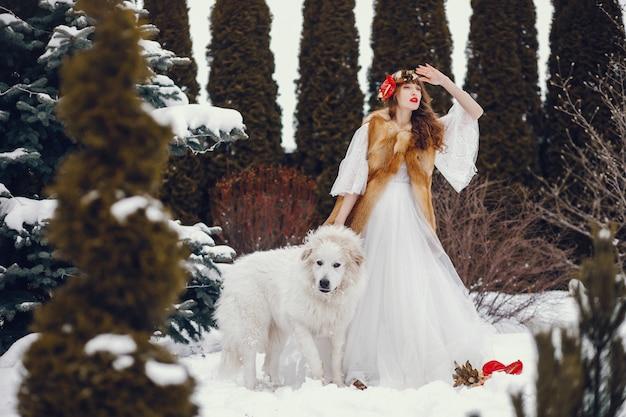 Donna elegante in un lungo abito bianco
