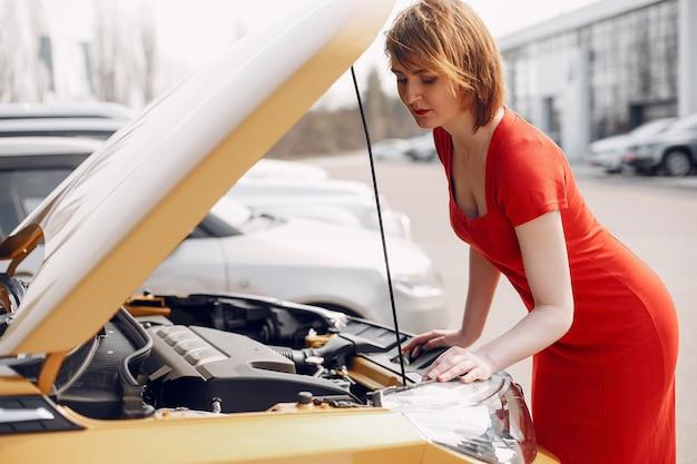 Donna elegante in un salone di auto