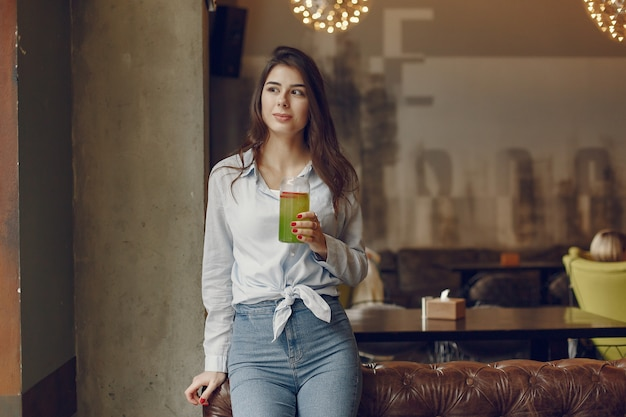 Donna elegante in una camicetta blu, trascorrere del tempo in un caffè