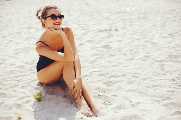 Donna elegante in una spiaggia assolata