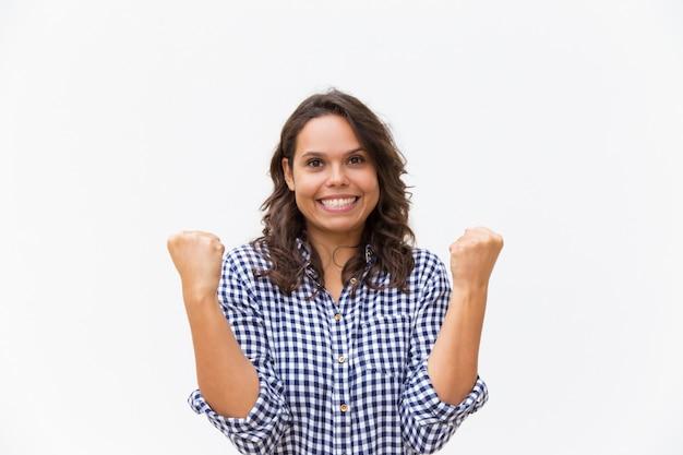 Donna emozionante allegra che fa gesto del vincitore