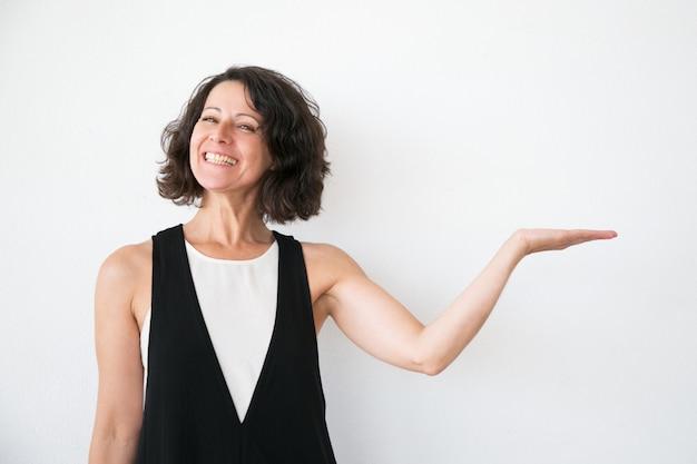 Donna emozionante allegra in informazioni di presentazione casuali