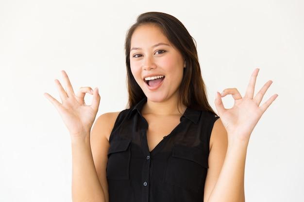 Donna emozionante che mostra segno giusto