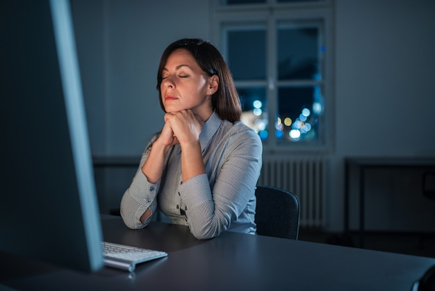 Donna esausta alla scrivania. straordinario concetto di lavoro.