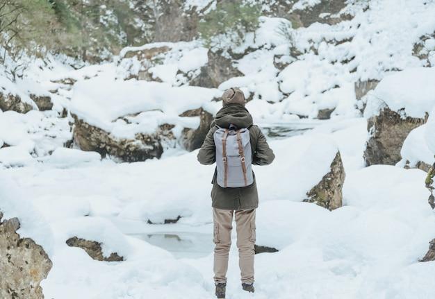 Donna escursionista in inverno