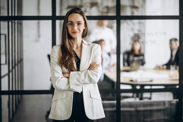 Donna esecutiva di affari in un ufficio