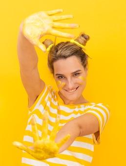Donna espressiva con le mani dipinte
