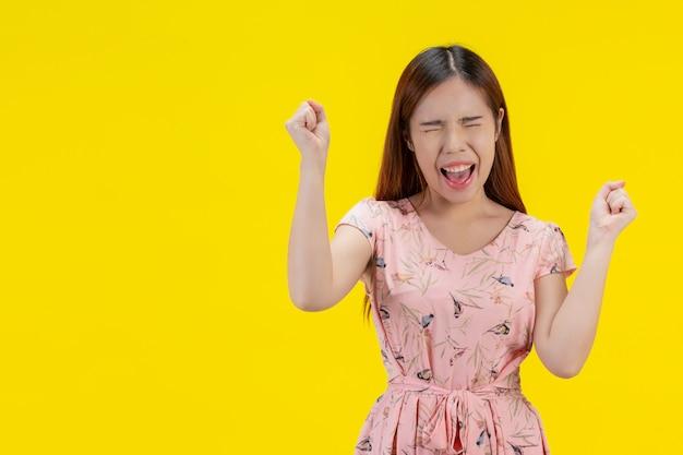 Donna estremamente felice in abito rosa