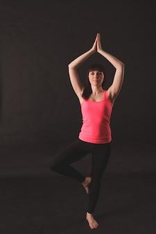 Donna facendo esercizi di stretching