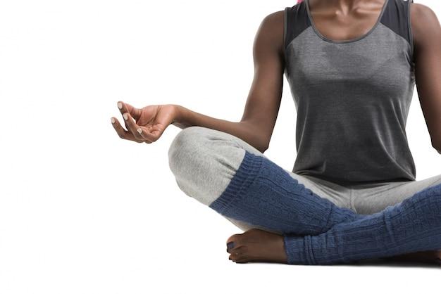 Donna facendo esercizi di yoga