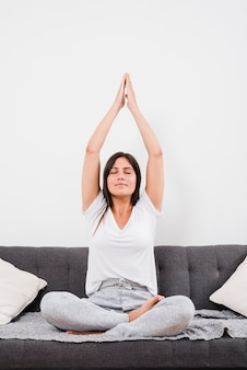 Donna facendo esercizio di yoga
