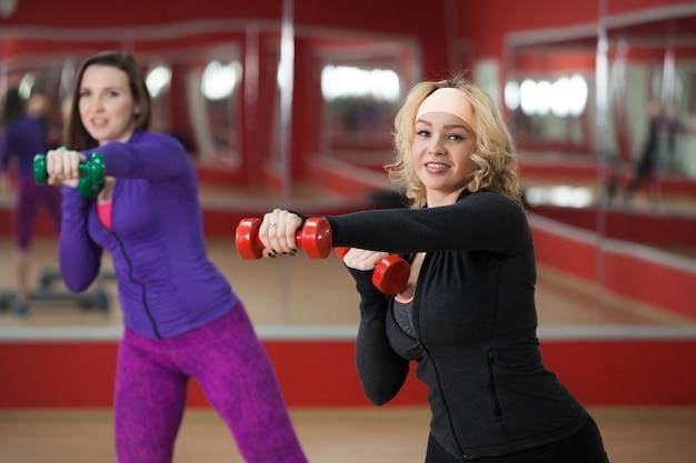 Donna facendo sport con i pesi