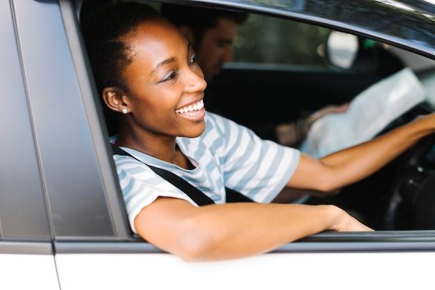 Donna felice alla guida di un'auto
