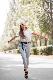 Donna felice che cammina fuori liberamente