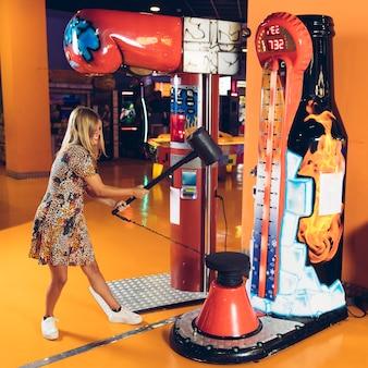 Donna felice che gioca gioco arcade