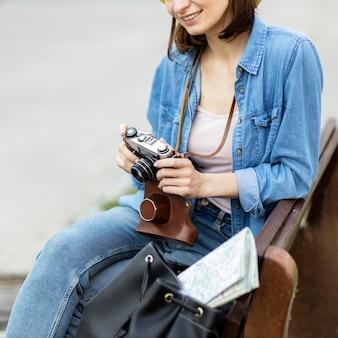 Donna felice che gode di scattare foto in vacanza