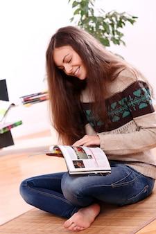 Donna felice che legge una rivista