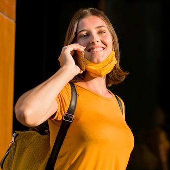 Donna felice che parla al telefono